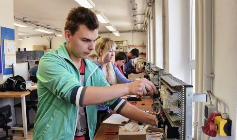 Junger Mann arbeitet an elektrischen Geräten im Don Bosco Jugend-Werk Sachsen