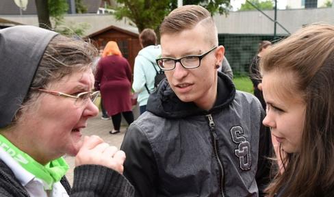 Schwester Lydia Kaps im Gespräch mit Jugendlichen im Don Bosco Zentrum Magdeburg