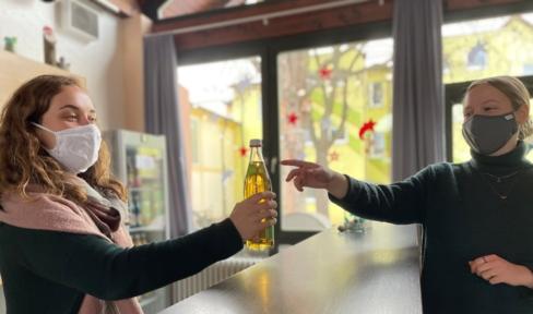 Im Don Bosco Zentrum Regensburg gibt es Glasflaschen von regionalen Produzenten: So bleiben Transportwege kurz und Plastikmüll wird vermieden.